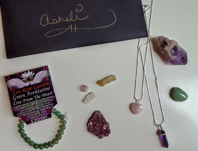 what's in the crystal mojo club box